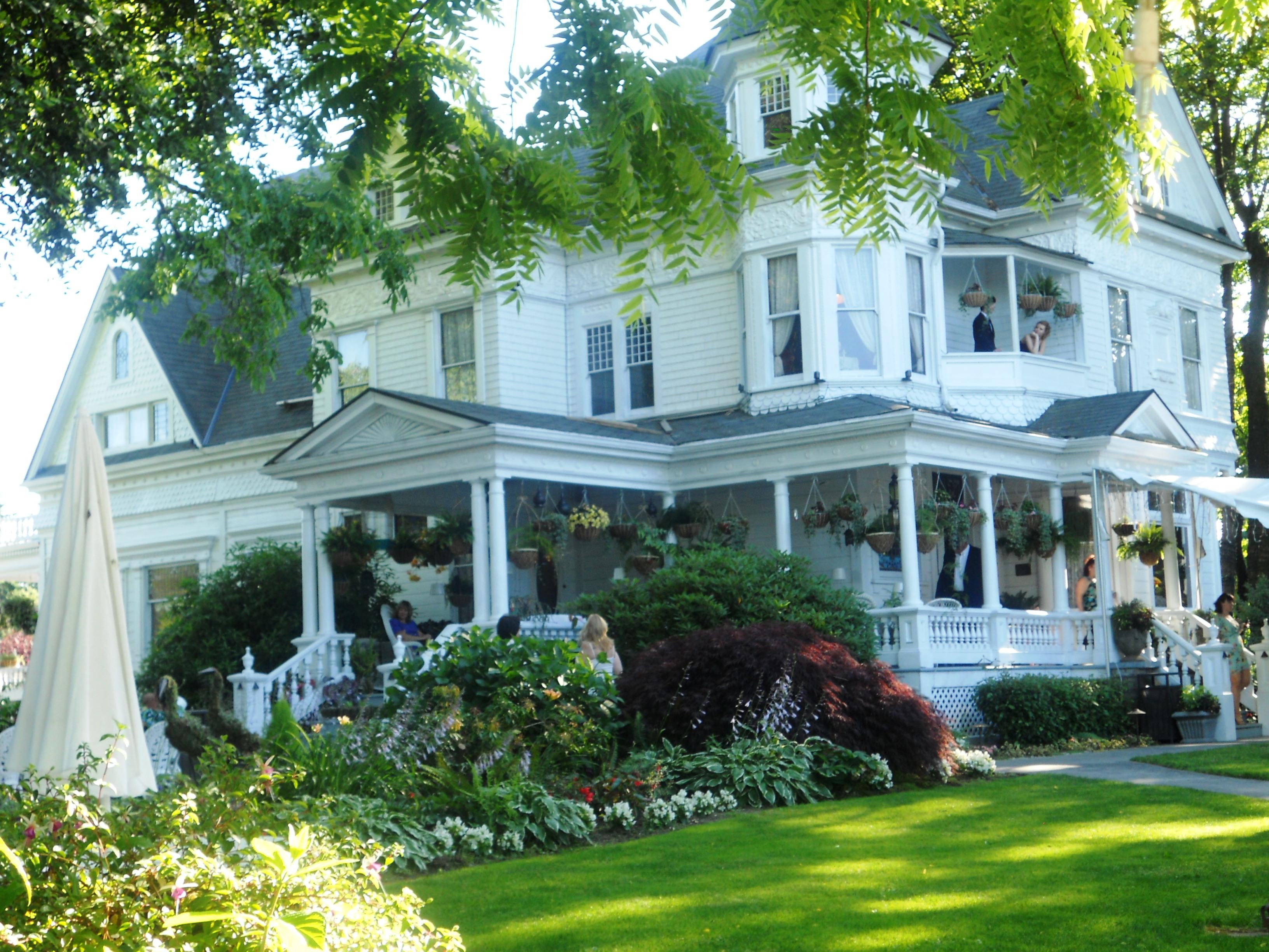 Queen anne victorian mansion a festive heart for Queen anne victorian